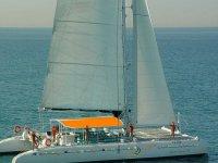 双体船从港口橙色家伙从船上挥手