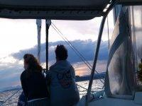 夫妇享受从船上视图海上双体船