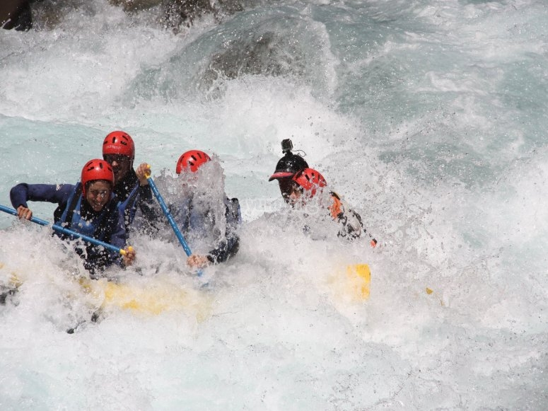 grupo remando en aguas bravas