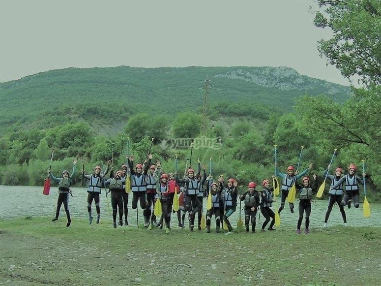grupo saludando con los remos