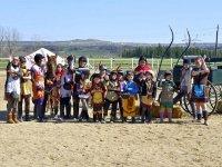 Celebrando una fiesta de cumpleaños de indios y vaqueros