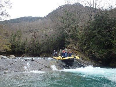 在Cinca河上漂流到Aínsa成年人