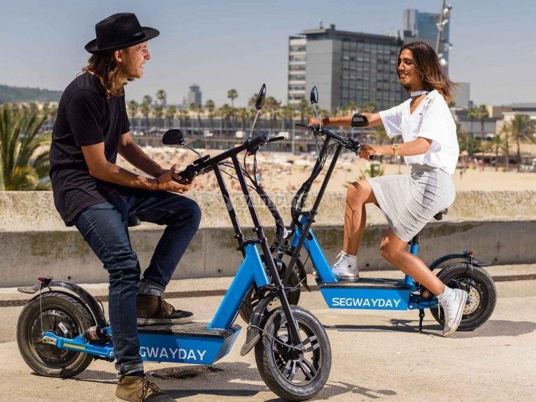 Pareja en scooters eléctricas