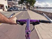 Recorriendo el paseo marítimo con un alquiler de bicicleta