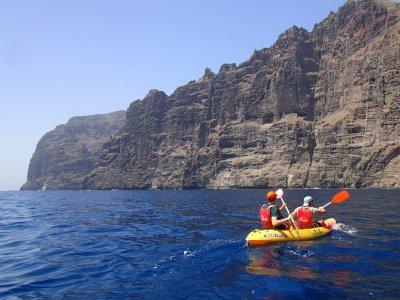 在Los Gigantes和2h照片的海上皮划艇路线