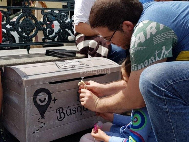 Tratando de abrir el cofre