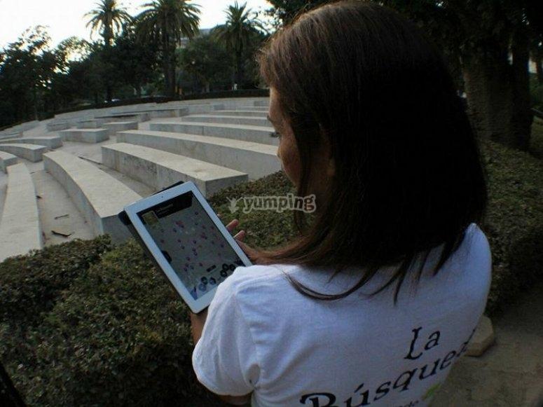 Utilizando la tablet para ver el mapa