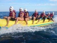 Amigos disfrutando de un viaje en banana boat