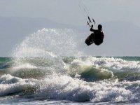 许多kitesurfers