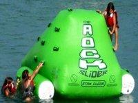 un rocodromo en el agua