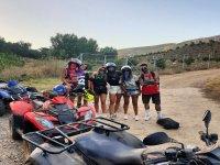 Amigos disfrutando de una ruta en quad