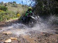 Cruzando el cauce de un río en quad