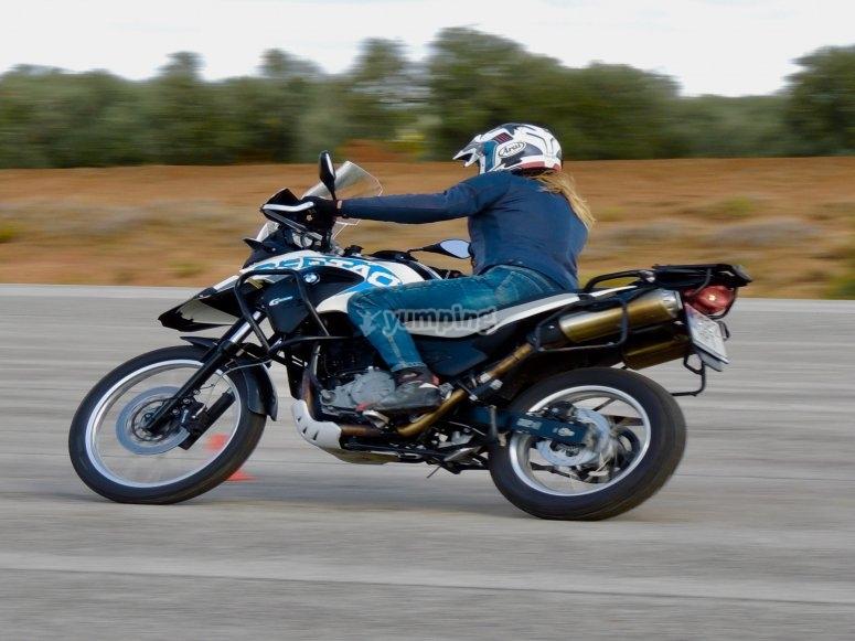 参加摩托车骑行课程