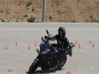 在摩托车上练习曲线