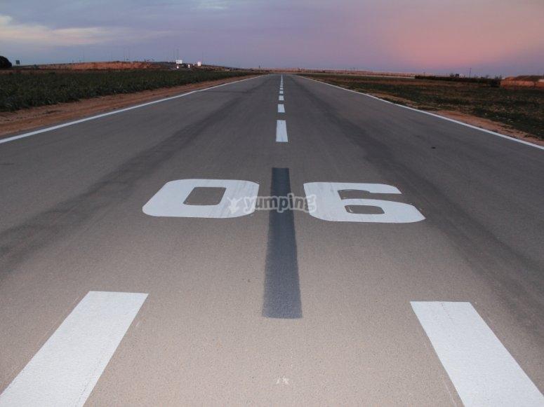 在飞机跑道上