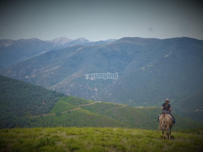 骑马穿越高山