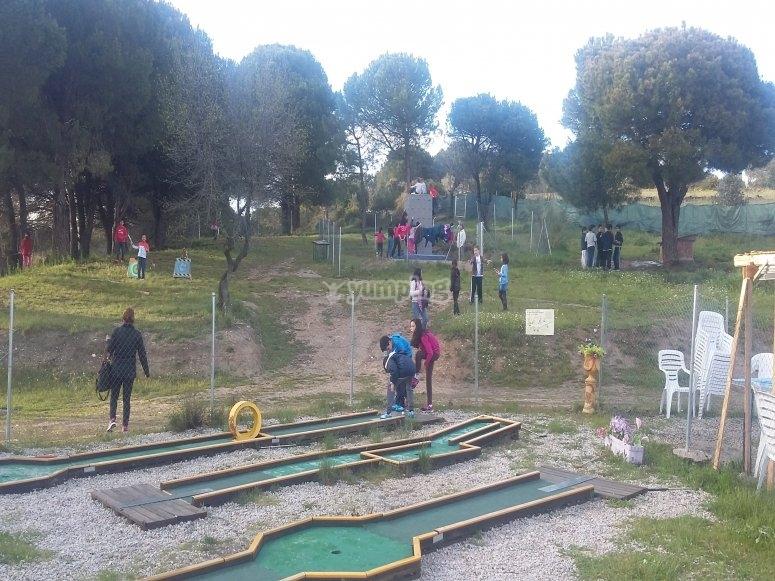 En el campo de mini golf