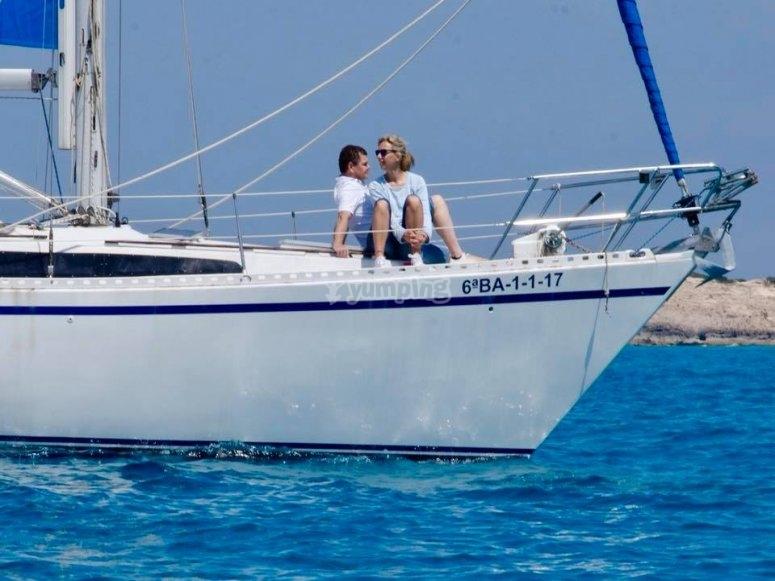 私人旅行的难忘的日子乘船从海上天际线