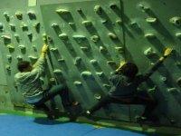在攀岩墙练习