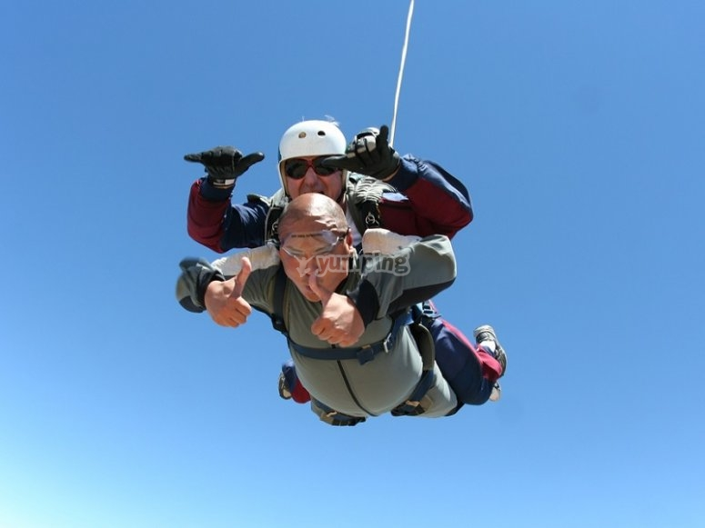Tandem jump during the fall