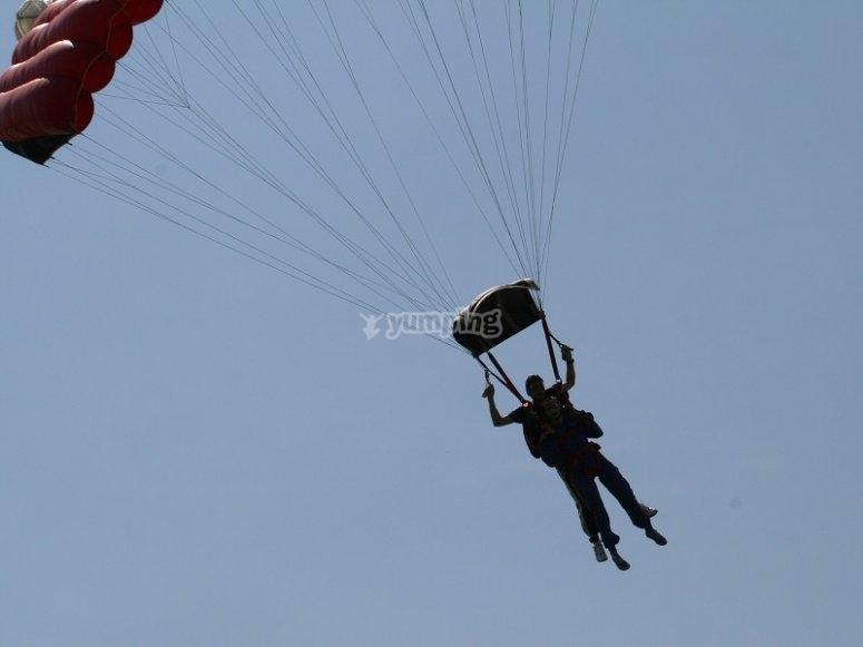 Flotando tras abrir el paracaidas