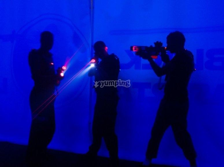 Amigos jugando al laser tag