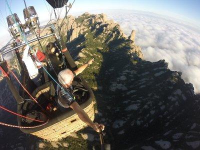 乘坐蒙特塞拉特的气球飞行并参观莫纳斯特里奥