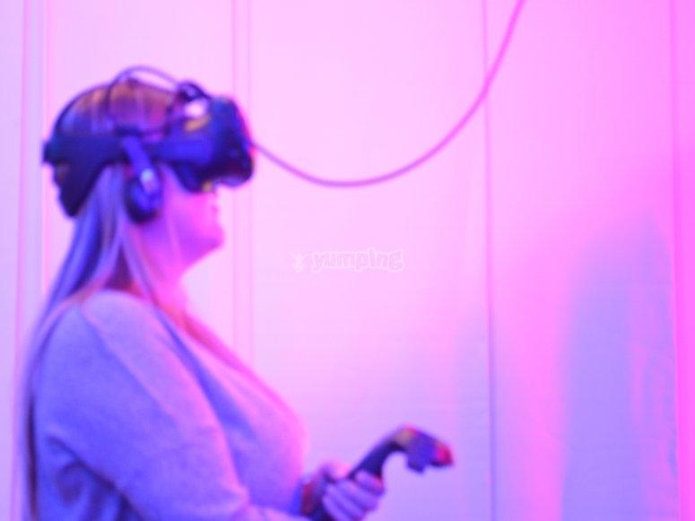 Con occhiali e controlli VR