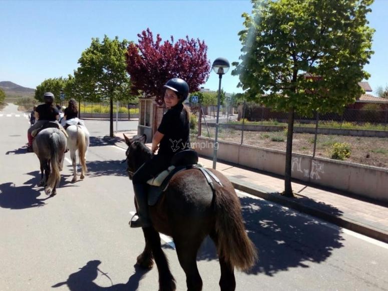 Joven amazona saliendo a caballo