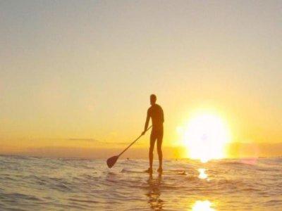Partenza per il paddle surf a Valencia al tramonto
