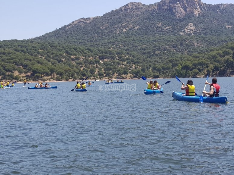 Grupo de amigos en kayaks