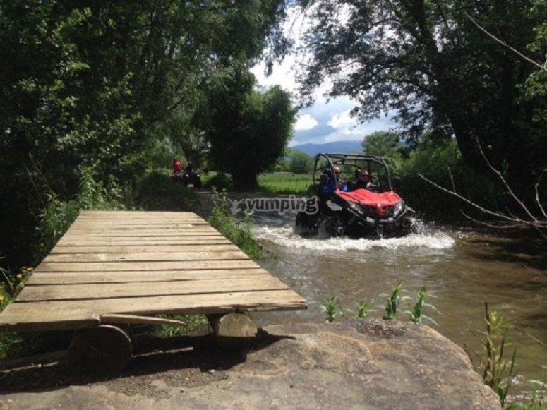 Vehiculo todoterreno cruzando el rio
