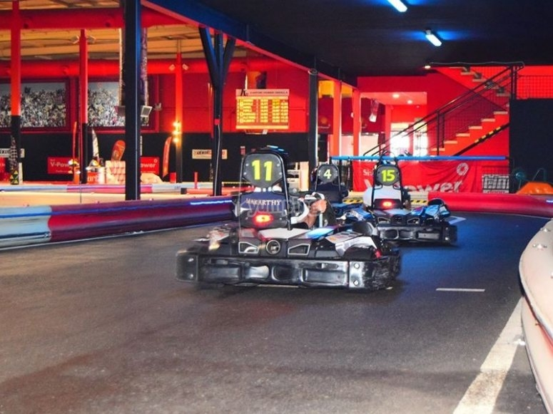 Karts en la pista indoor