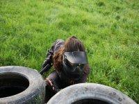 escondiendose tras la rueda