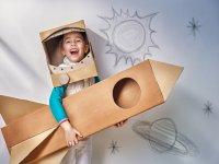Astronauta con traje de carton
