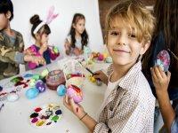 Pintando huevos de colores