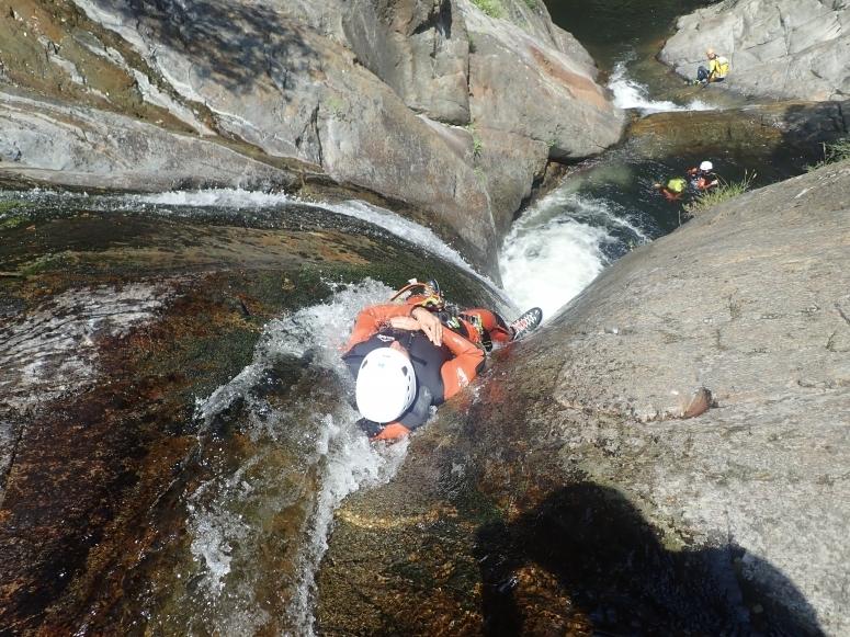 溪降期间的水滑梯
