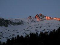 Ascensión a los picos y descenso esquiando