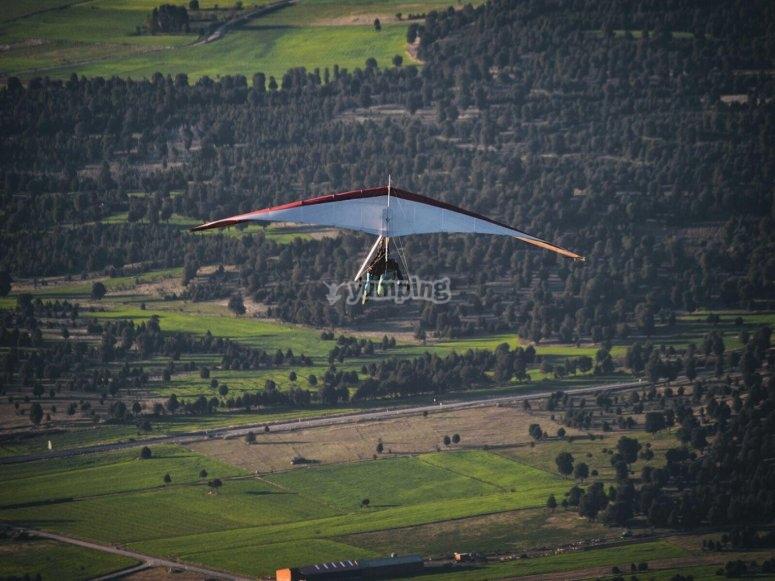 Hang glide flight above a field