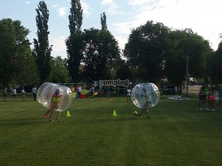 Jugar al futbol burbuja en cesped