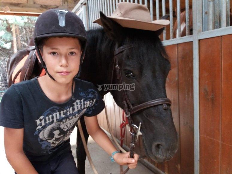Nino y caballo posando