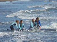 Alumnas con el monitor de surf en el agua