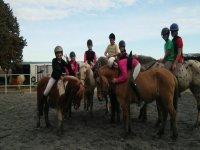 孩子们在马德里附近玩耍和骑小马