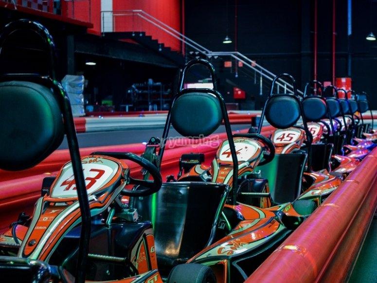 Karts en linea a un lado de la pista