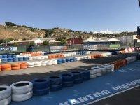 轨道与新沥青栅栏多彩的轮胎