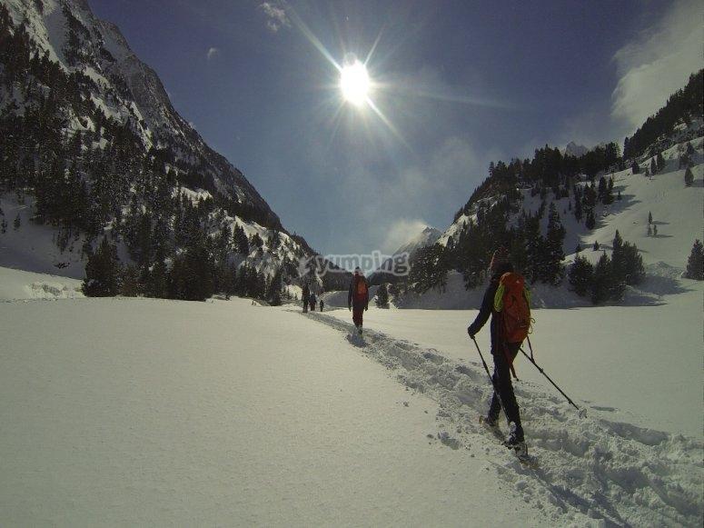 Paseando por la nieve con raquetas