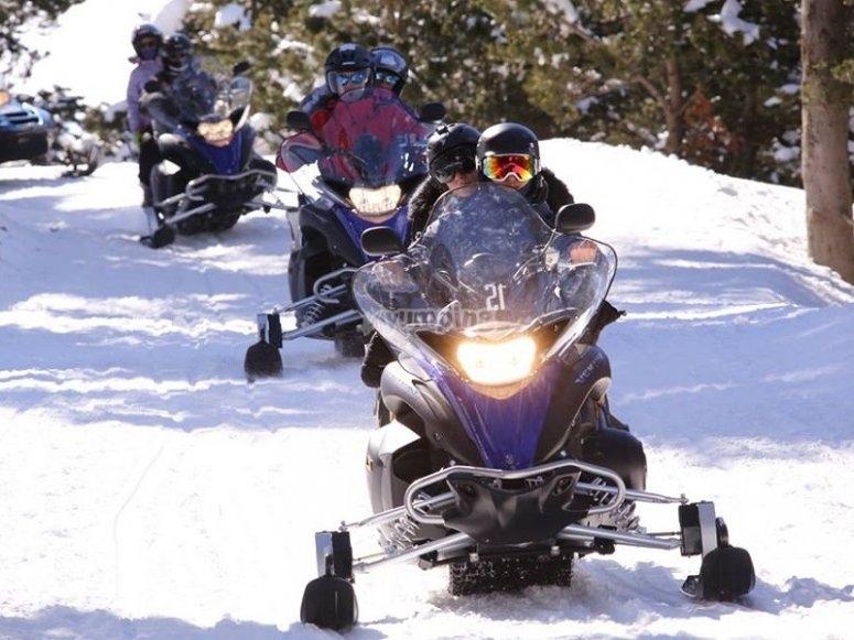 在雪地里骑摩托车