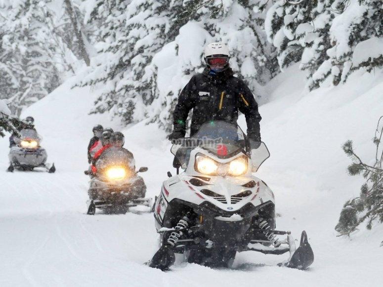 在雪地摩托车上行驶