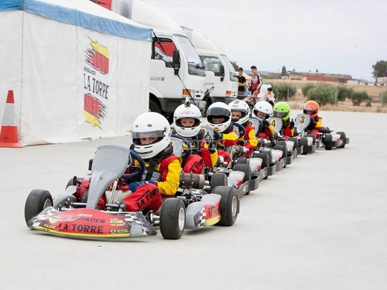 Fila de karts infantiles para competición en Torrejón