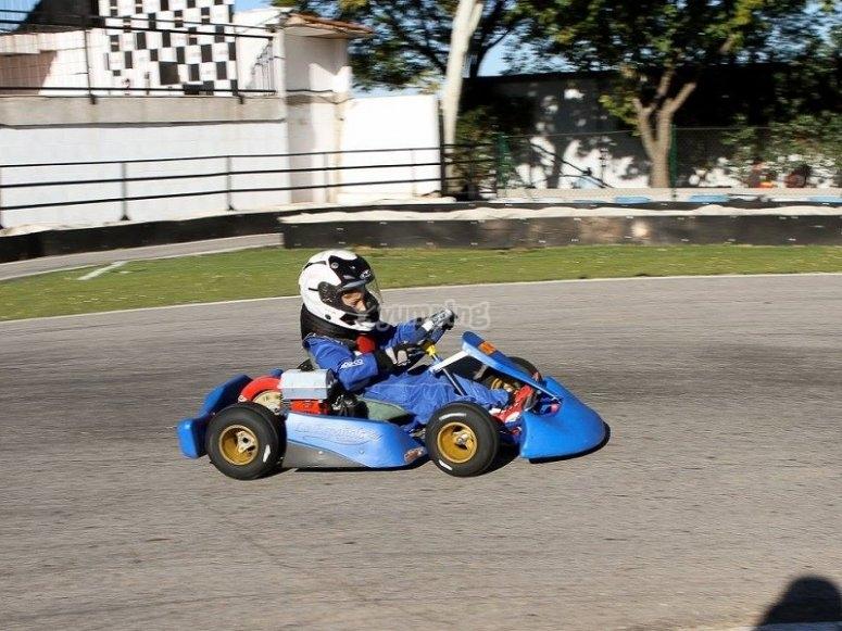 Joven piloto compitiendo con su karts en Torrejón